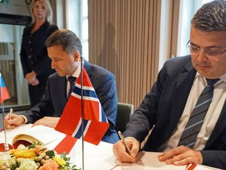 Russian Minister Dmitry Kobylkin and Norwegian Minister Kjell-Børge Freiberg sign the seismic acquisition agreement in Oslo