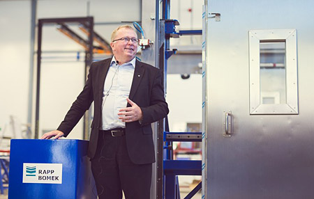 Eldar Sætre, Equinor president and CEO, opening the first Rapp Bomek fire door for the Johan Sverdrup field