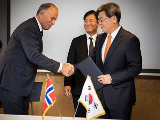 Chairman of Jotun, Odd Gleditch d.y., and CEO of Hyundai Heavy Idustries, Ka Sam-Hyun, signing the memorandum of understanding, Minister Sung Yun Mo, Ministry of Trade, Industry and Energy of Korea, in the middle
