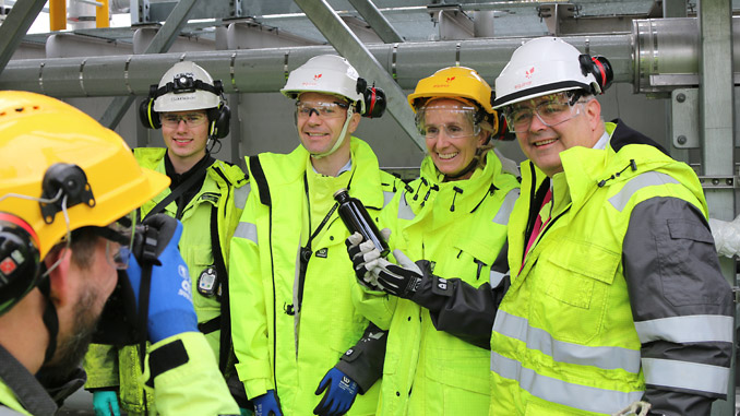 From left, Apprentice Sander Kjeseth Rath; Rasmus F. Wille, vice president of the Mongstad plant; Irene Rummelhoff, executive vice president for Marketing, Midstream & Processing in Equinor; and Kjell-Børge Freiberg, Minister of Petroleum and Energy, with a sample of oil from the Johan Sverdrup field (photo: Equinor/Jannike Steindal Nordanger)