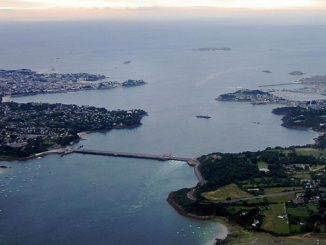 Aerial view of the tidal barrage on the Rance and of Saint Malo (photo: Tswgb)