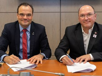 Markus Tacke, CEO of Siemens Gamesa, and Valter Sanchez, General Secretary of IndustriALL, signing the Global Framework Agreement at Siemens Gamesa headquarters in Zamudio, Spain