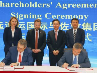 From left, standing: Signe Brudeset, Norway's Ambassador to China; Torbjørn Røe Isaksen, Norwegian Minister of Trade and Industry; Xu Lirong, Chairman of China COSCO Shipping Group; Zhu Jianhui, Director and President of COSCO Shipping International (Hong Kong); signing: Morten Fon, CEO of Jotun A/S; Liu Gang, Executive Director and Managing Director of COSCO Shipping International (Hong Kong) (photo: Jotun)